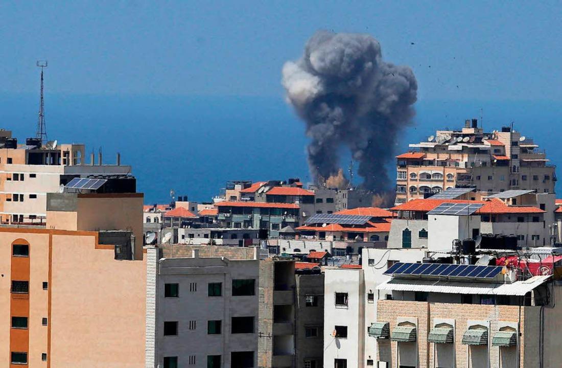 Eine Rauchwolke ist über dem Gazastrei...Palästinensergebiet angegriffen hatte.  | Foto: dpa