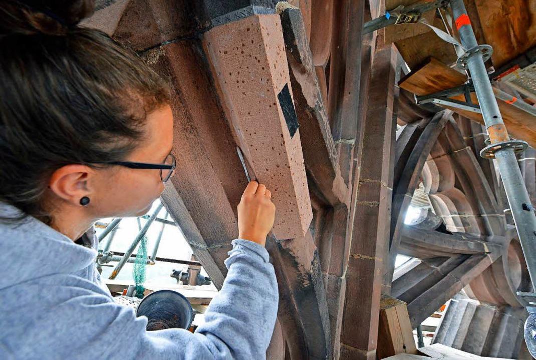 Letzte Arbeiten: Jeannine Uhlmann  bessert  Sandstein am Münsterturmhelm  aus.   | Foto: Ingo Schneider