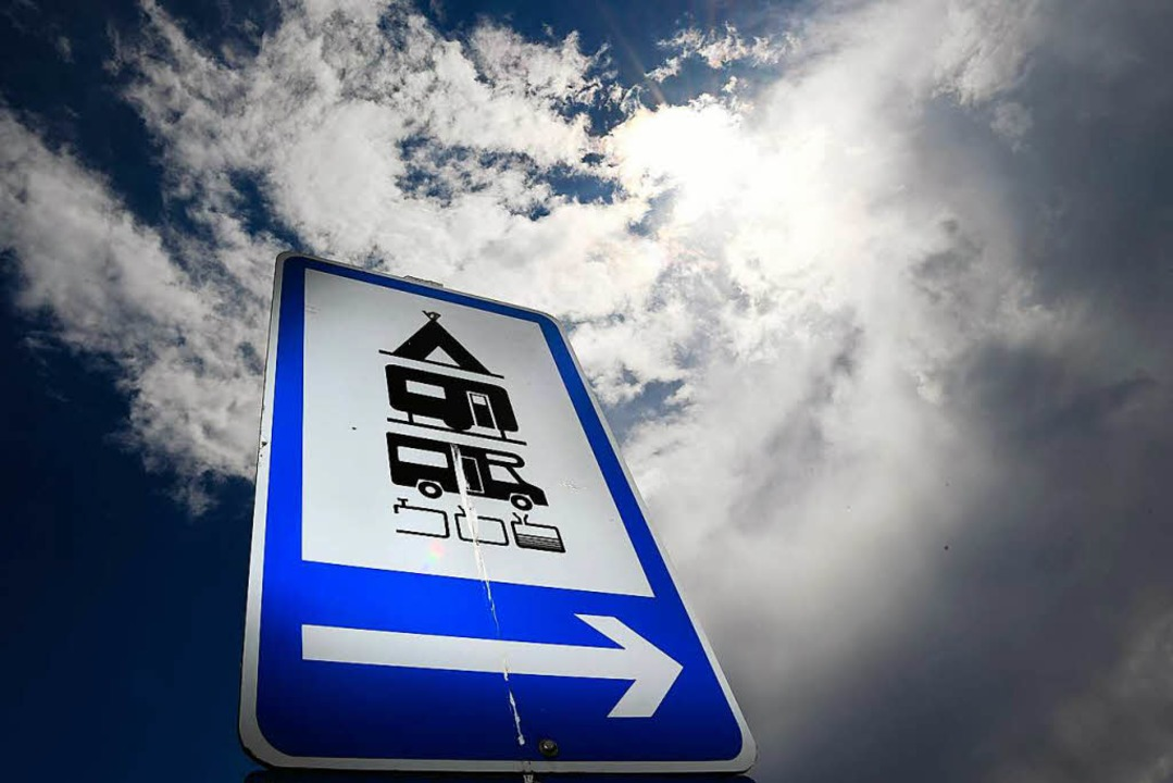 Wo Wohnmobile offiziell parken dürfen,...st auch entsprechende Hinweisschilder.  | Foto: Felix Kästle