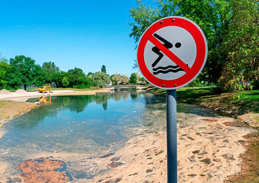 Blick auf den verschmutzten Badesee in Kehl-Goldscheuer  | Foto: dpa