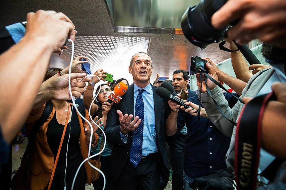Carlo Cottarelli wird bei seiner Ankun...nhof Termini von Journalisten umringt.  | Foto: dpa