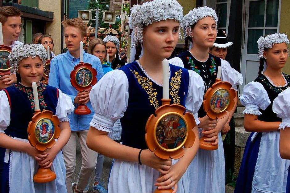 In Glottertal gab es zu Fronleichnam eine feierliche Prozession. Die Besucher konnten zudem die zahlreichen Blumenteppiche bestauen. (Foto: Christian Ringwald)