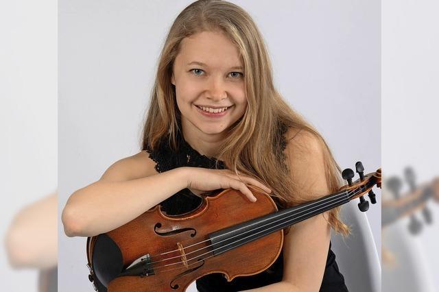 Amelie Gehweiler erhält ihr Preis in Altweil