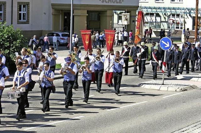 Musikalische Klänge begleiten Prozession