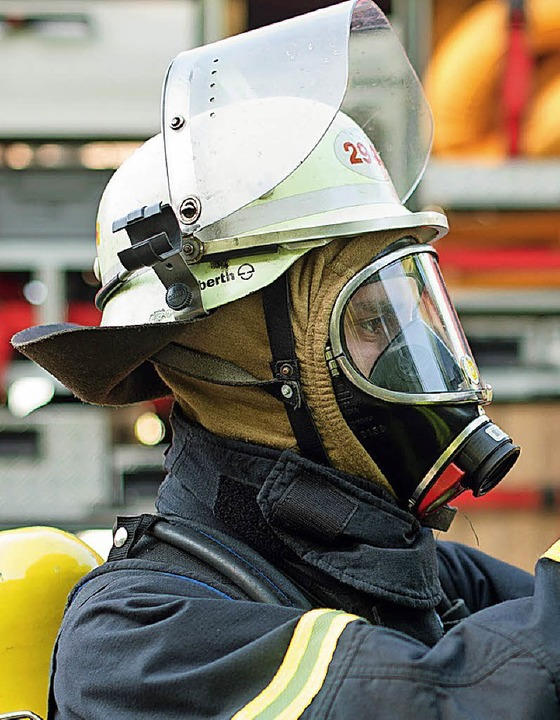 Feuerwehrmann unter Atemschutz bei einer Übung.   | Foto: dpa