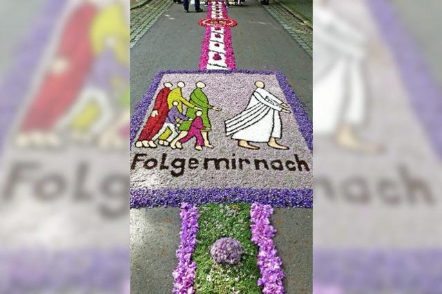Katholiken feiern mit prächtigen Prozessionen die Gegenwart Christi