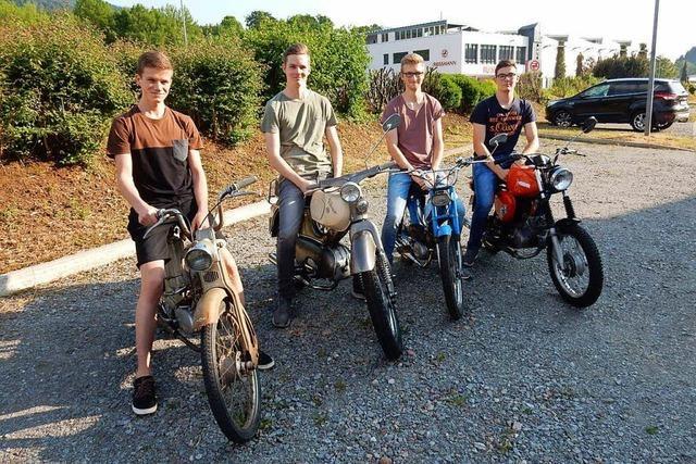 Diese vier Elzacher haben die Schrott-Mopeds ihrer Opas repariert