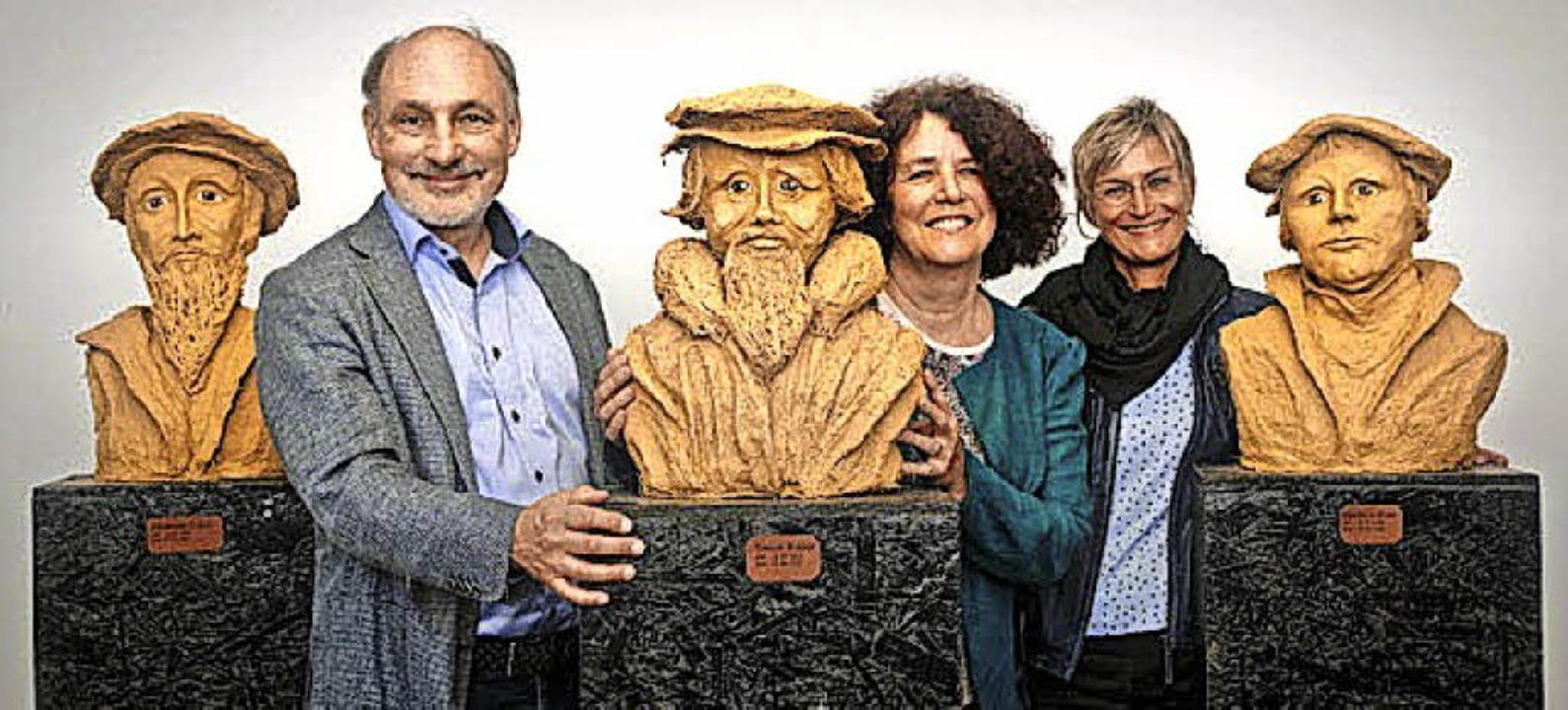 Schenkung: in der Mitte Künstlerin Hei...hring, rechts Dekanin Bärbel Schäfer.   | Foto: Dreiländermuseum