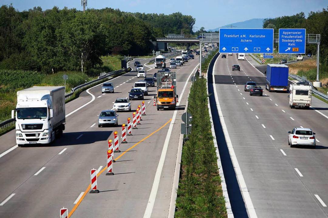 Schon sechsspurig ausgebaut ist die Autobahn nördlich von Offenburg.  | Foto: Christoph Breithaupt