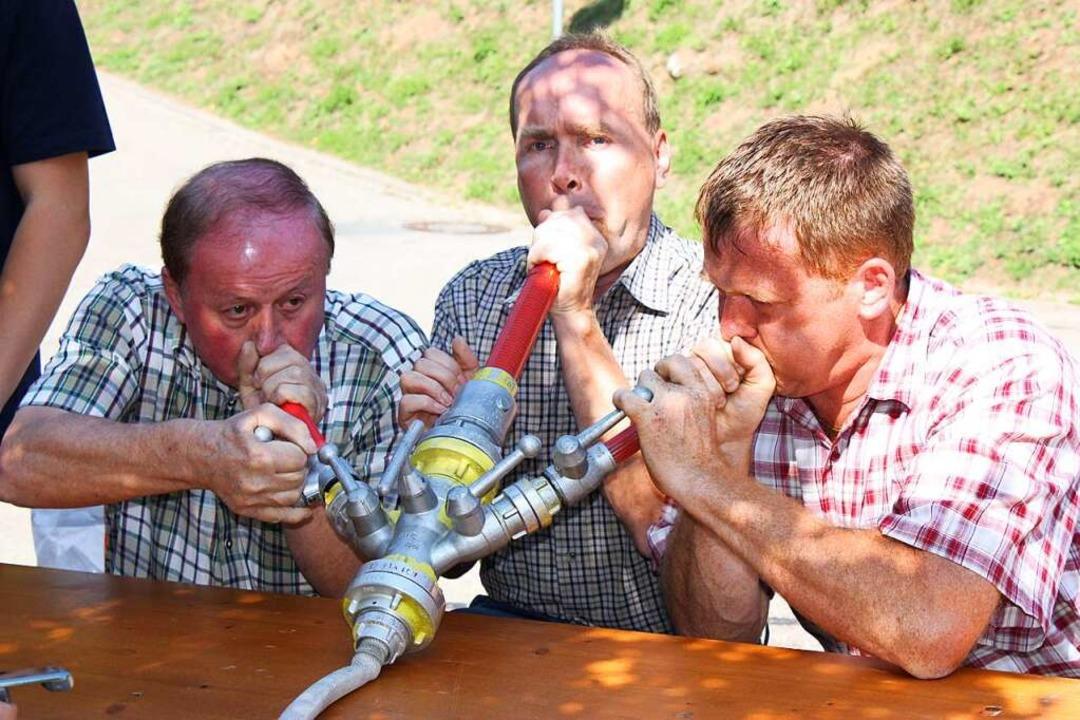 Selbst drei gestandene Männer erreiche...umpleistung der Freiburger Superpumpe.  | Foto: Barbara Schmidt