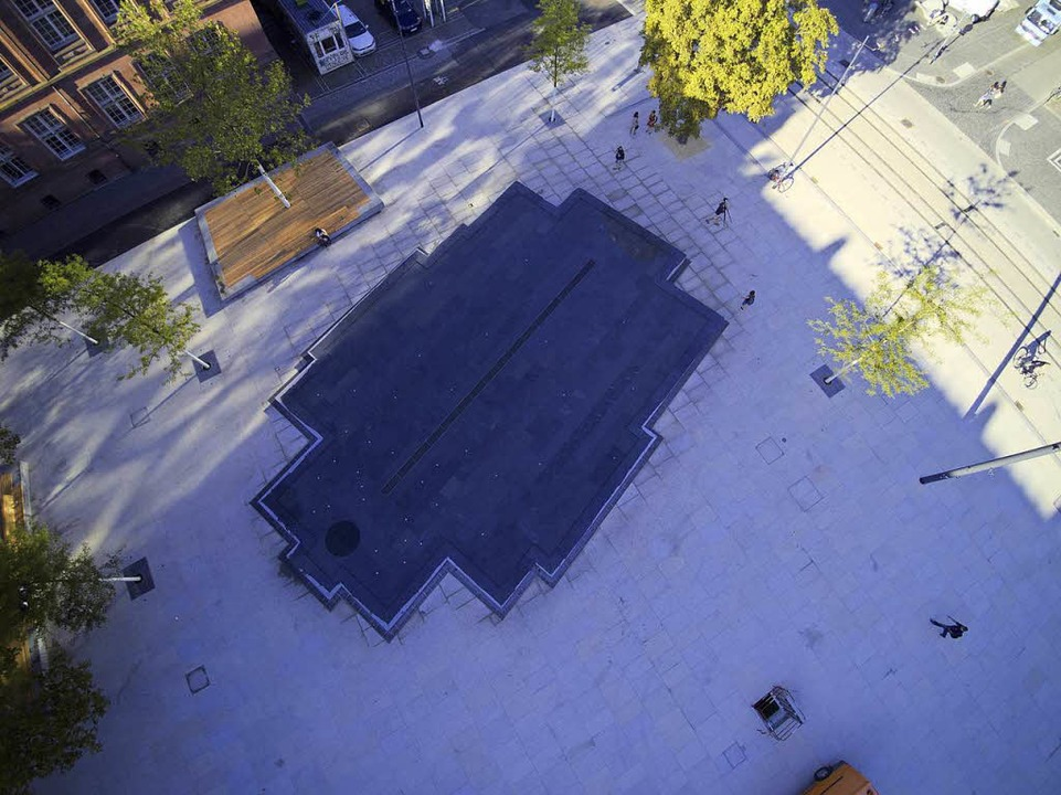 Blick von oben auf das Wasserbecken in den Umrissen der ehemaligen Synagoge  | Foto: Michael Saurer