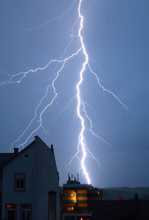 Nur  Blitze, die sich zwischen Wolke u... gefährlich, erklärt Ulrich Kümmerle.     Foto: Fotos: Martin Flade/jki