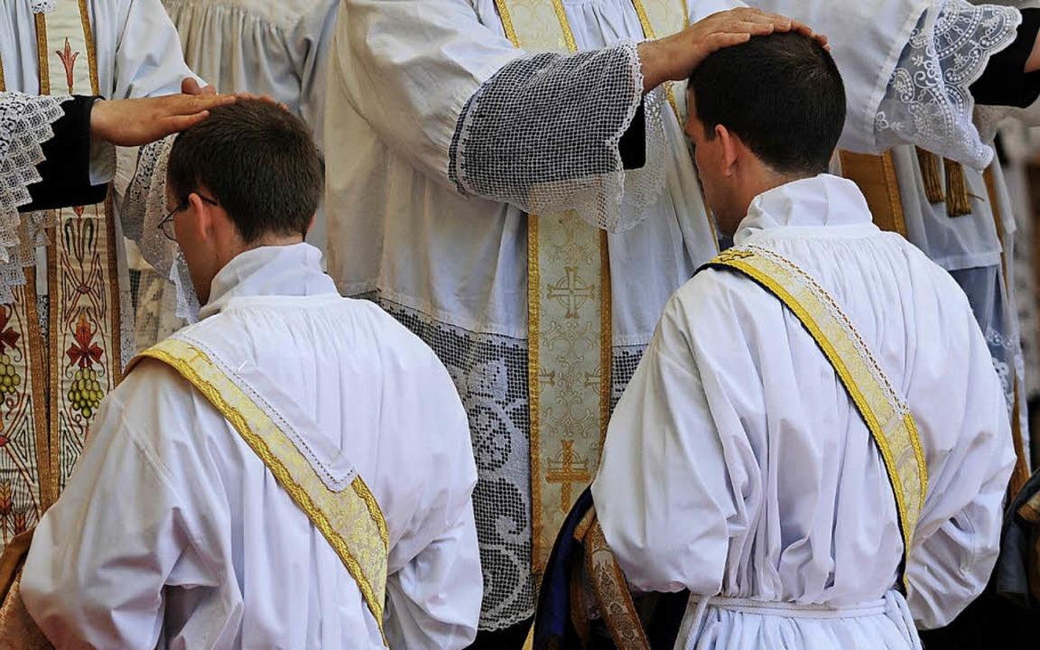 Vor 65 Jahren wurde Klaus Storz (klein...ihr Eisernes Priesterjubiläum feiern.     Foto: Symbolfoto: dpa