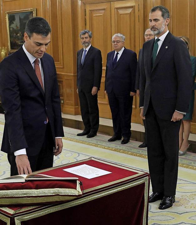 Gestern legte Spaniens neuer Ministerp...t von König Felipe seinen Amtseid ab.   | Foto:  dpa
