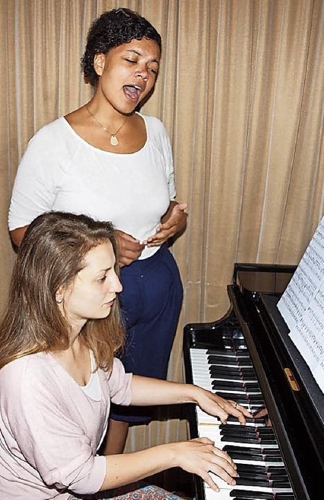 Pianistin Rebeka Stojkoska und Sängerin Amanda Becker   | Foto:  Michael Haberer