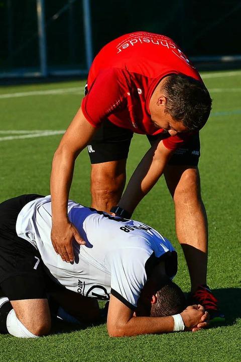 Nach dem Abpfiff in Freiburg am Boden ...f versucht  Erdal Kizilay zu trösten.   | Foto: M. Thoma