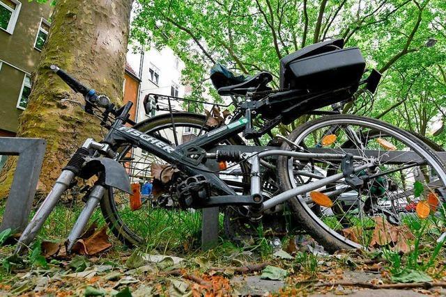 Fahrradfahrer fährt unter Alkoholeinfluss gegen Stromkasten
