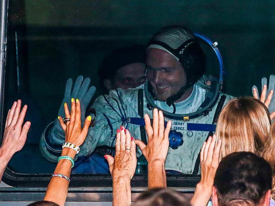 Der deutsche Astronaut Alexander Gerst...ltraumbahnhof vor seinem Flug zur ISS.    Foto: dpa