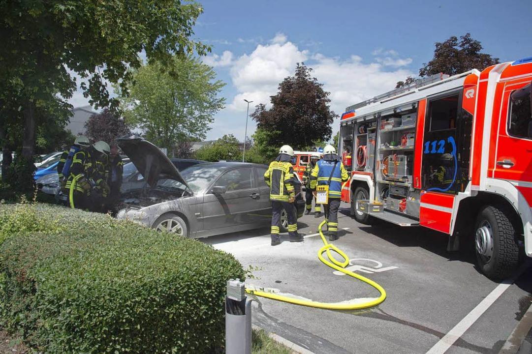 Auf dem Parkplatz des E-Centers in Müllheim geriet ein Auto in Brand.    Foto: Volker Münch