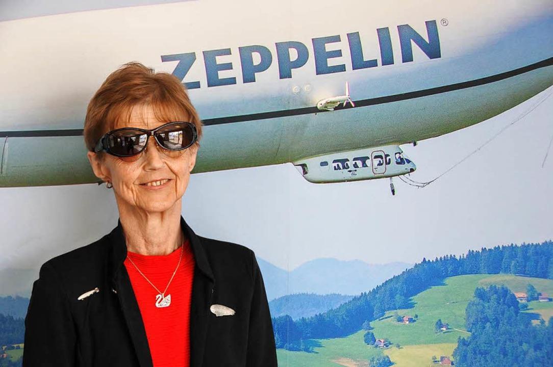 Rita, 61, aus Achern, ist leidenschaft... Luftschiff-Anstecker sogar am Revers.    Foto: Helmut Seller