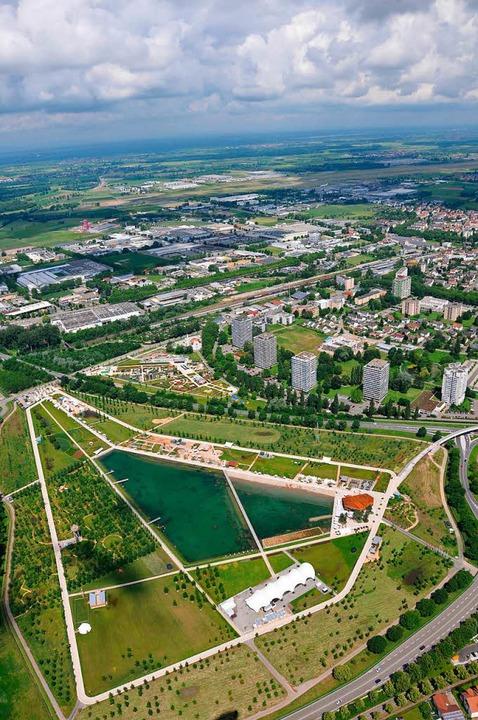 Blick auf Lahr und sein Landesgartenschau-Areal.    Foto: Helmut Seller