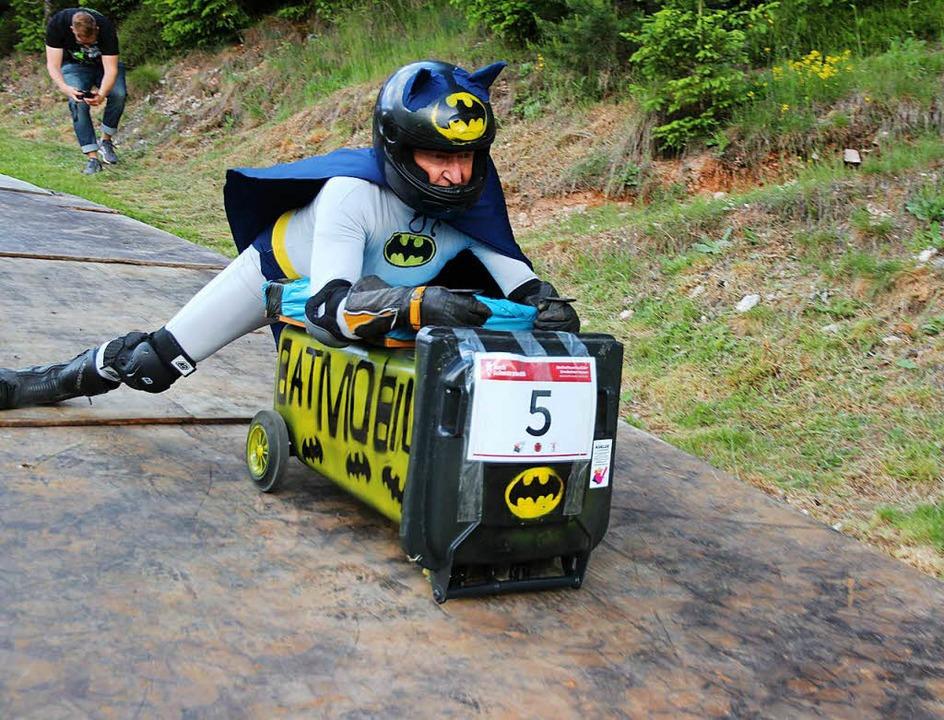 Mit fliegenden Umhang nimmt Günther Eh... seinem Batmobil Geschwindigkeit auf.   | Foto: Eva Korinth