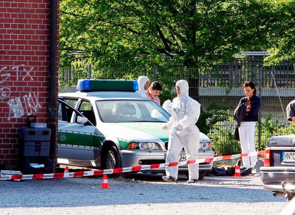 Beamte der Spurensicherung der Polizei...izist Martin A. schwer verletzt wurde.  | Foto: dpa