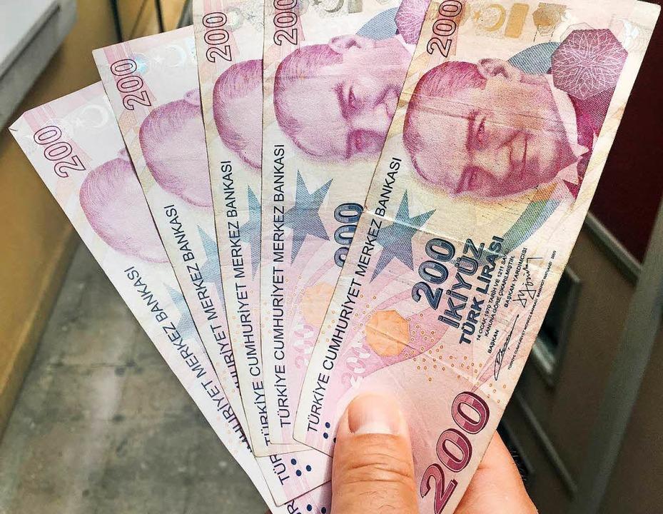 Nicht nur der Kurs der Lira stürzt ab,...n-Index der Istanbuler Börse verliert.  | Foto: dpa