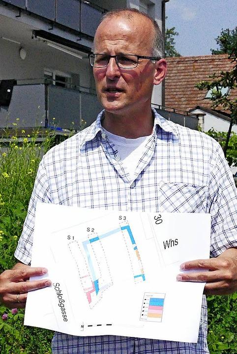 Archäologe Andreas Haasis-Berner erläuterte den Lageplan der Burg.  | Foto: Markus Maier