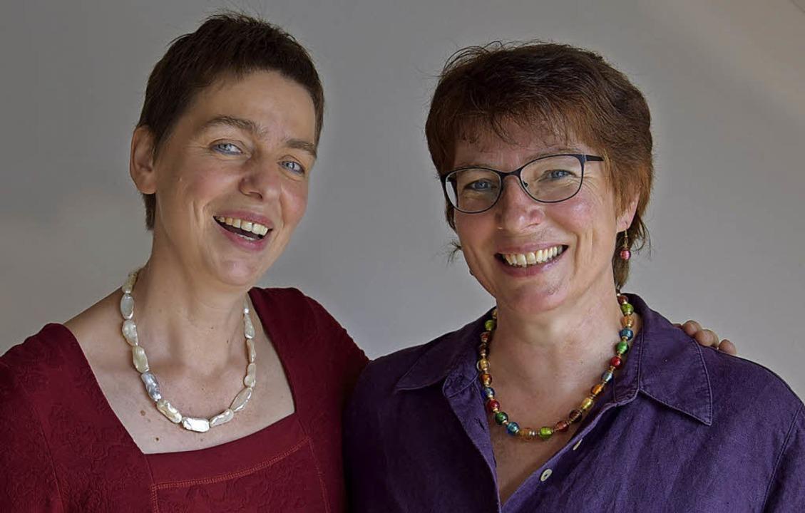 Agnes Zehnter und Monika Gasser aus de...enden im Hofgut Rössle auf die Bühne.   | Foto: Volker Rothfuss