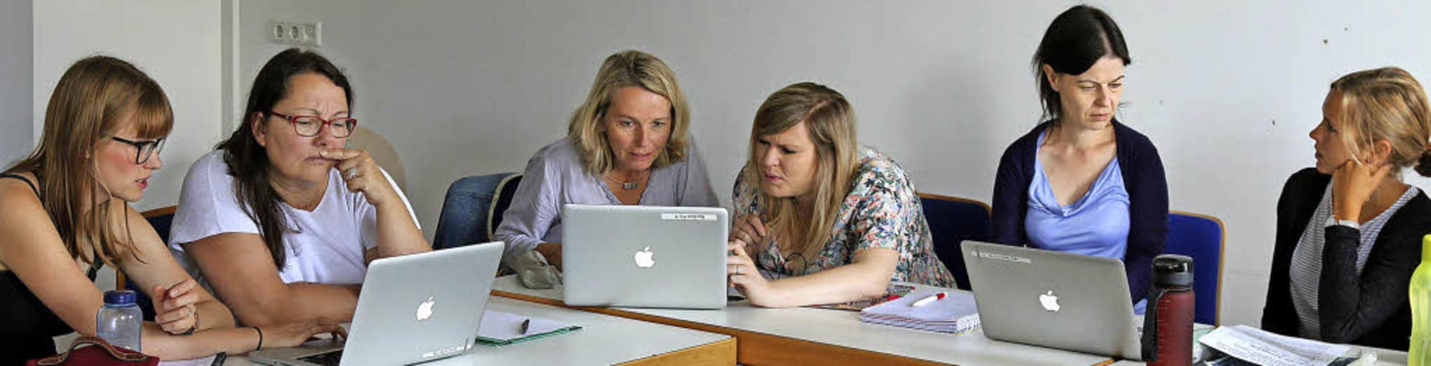Am Laptop erstellten die Workshopteiln...ie Kinder dann Aufgaben lösen können.   | Foto: Bartsch