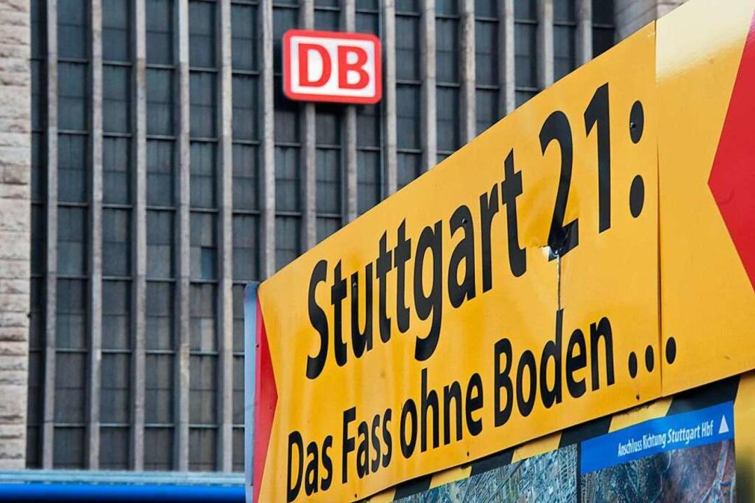 Protest vor dem Stuttgarter Hauptbahnhof   | Foto: dpa