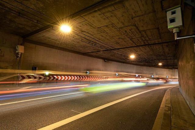 Betrunkener Lkw-Fahrer fährt auf der falschen Spur in den Freiburger Stadttunnel