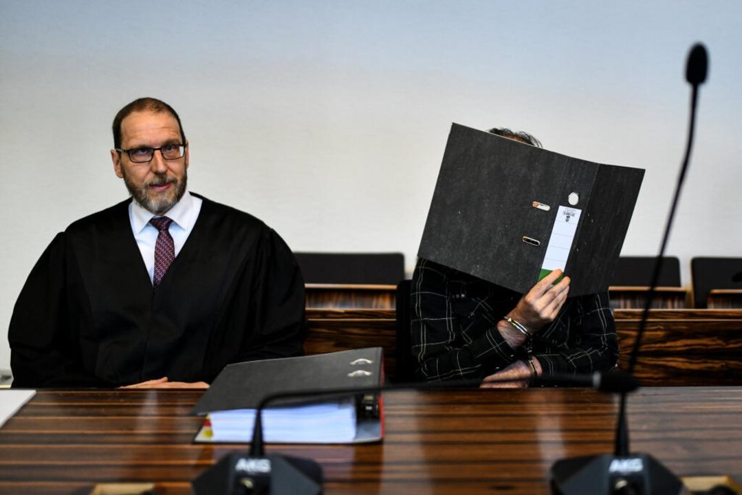 Strafverteidiger Robert Phleps und der...W. am Mittwoch am Landgericht Freiburg  | Foto: dpa