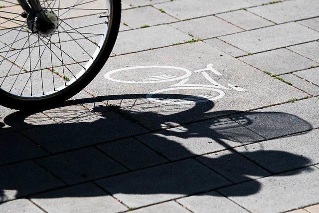 Unbekannter stößt eine Frau von ihrem Fahrrad und flieht
