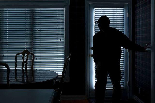 Einbrecher überrascht Frau in ihrer Wohnung in Lörrach