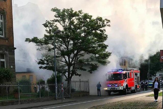 Auto brennt im Freiburger Berufsverkehr auf der Schwarzwaldstraße aus