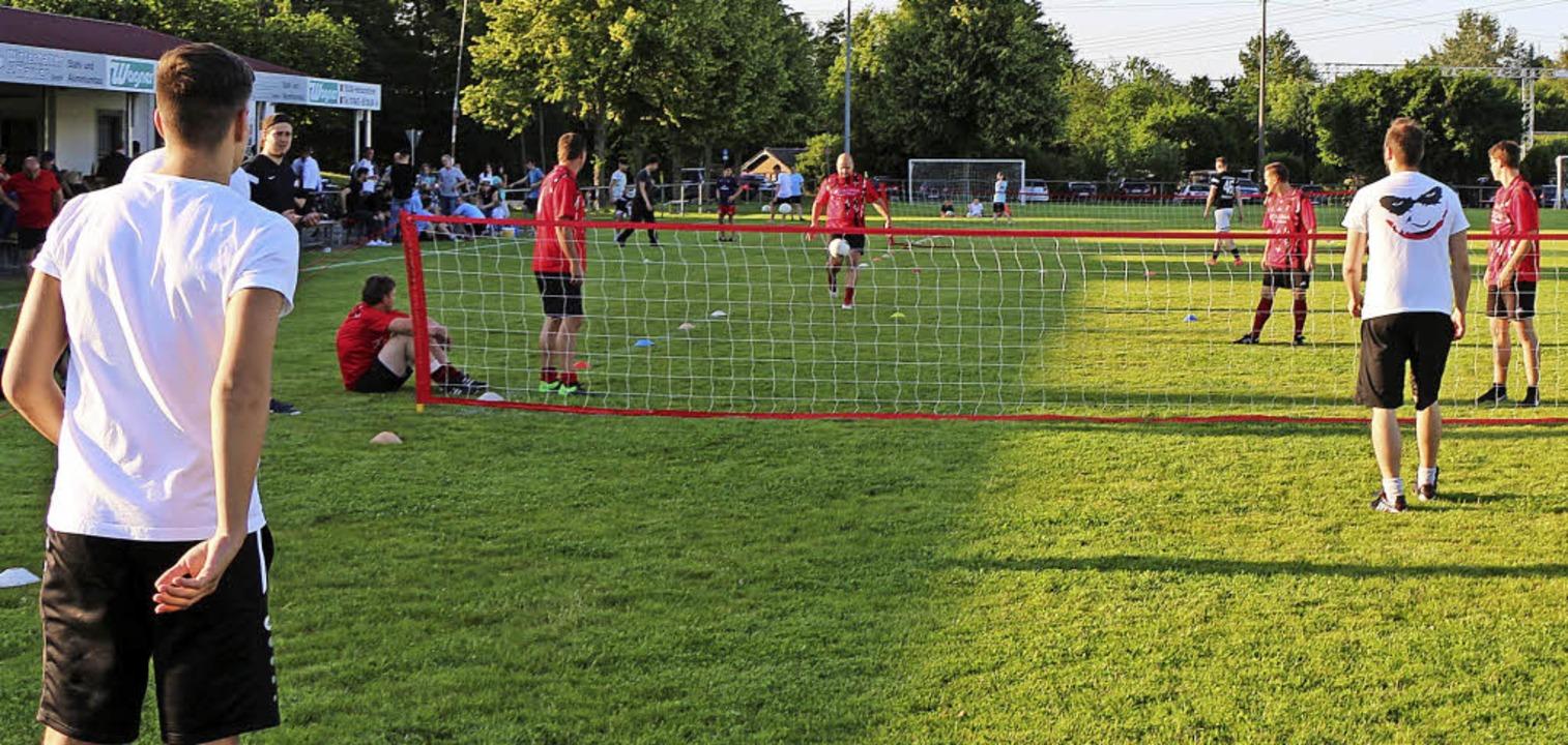 Wenn der Ball nicht ins, sondern übers...angesagt bei der Riegeler Sportwoche.   | Foto: Helmut Hassler