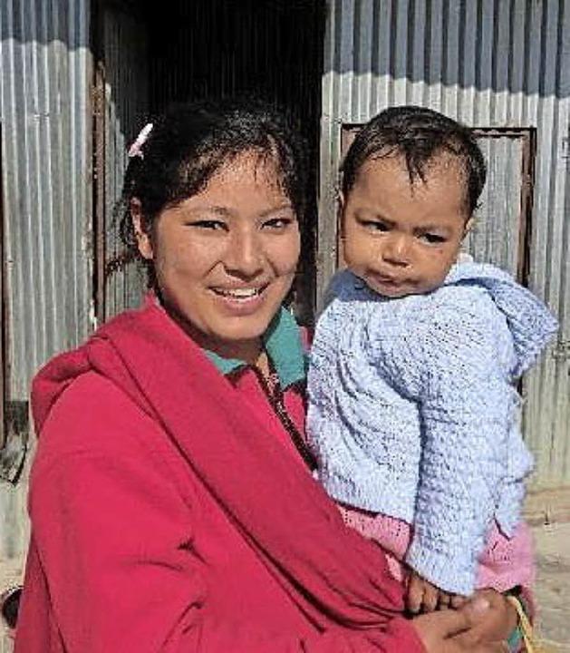 Eine Frau hält im Kindergarten in Kathmandu ein kleines Kind auf dem Arm.  | Foto: Verein Nepal-Inzlingen