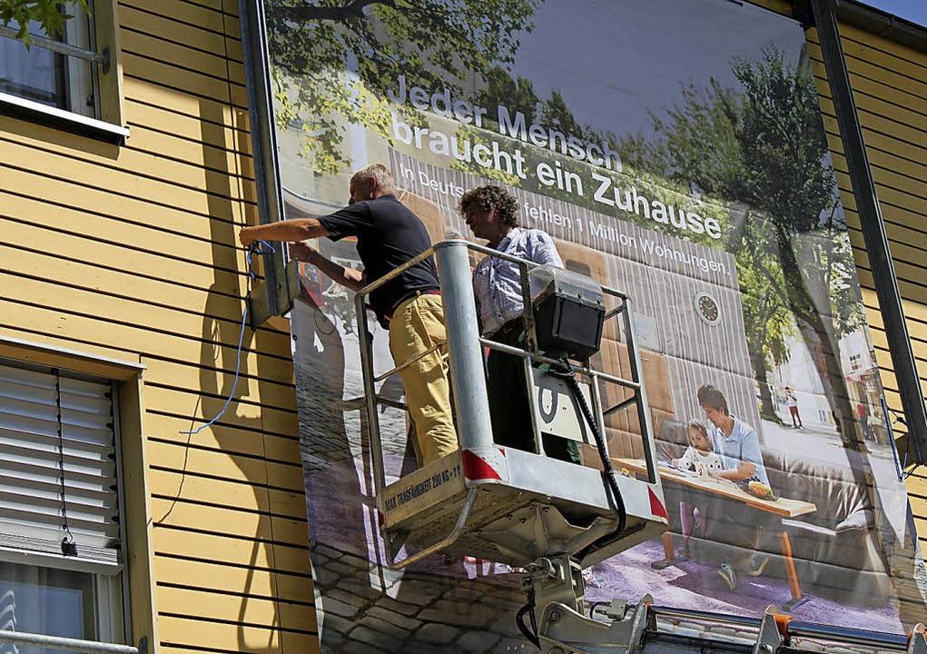 Plakativ unterstützt der Emmendinger C...ampagne für mehr bezahlbaren Wohnraum.  | Foto: Caritas