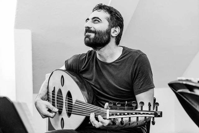 Der in der Schweiz lebende Syrer Bahur Ghazi erzählt mit Musik Geschichten