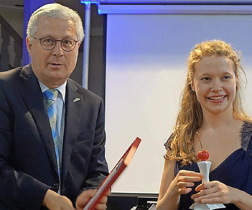 OB Wolfgang Dietz überreichte den Förderpreis an Amelie Gehweiler.  | Foto: Roswitha Frey
