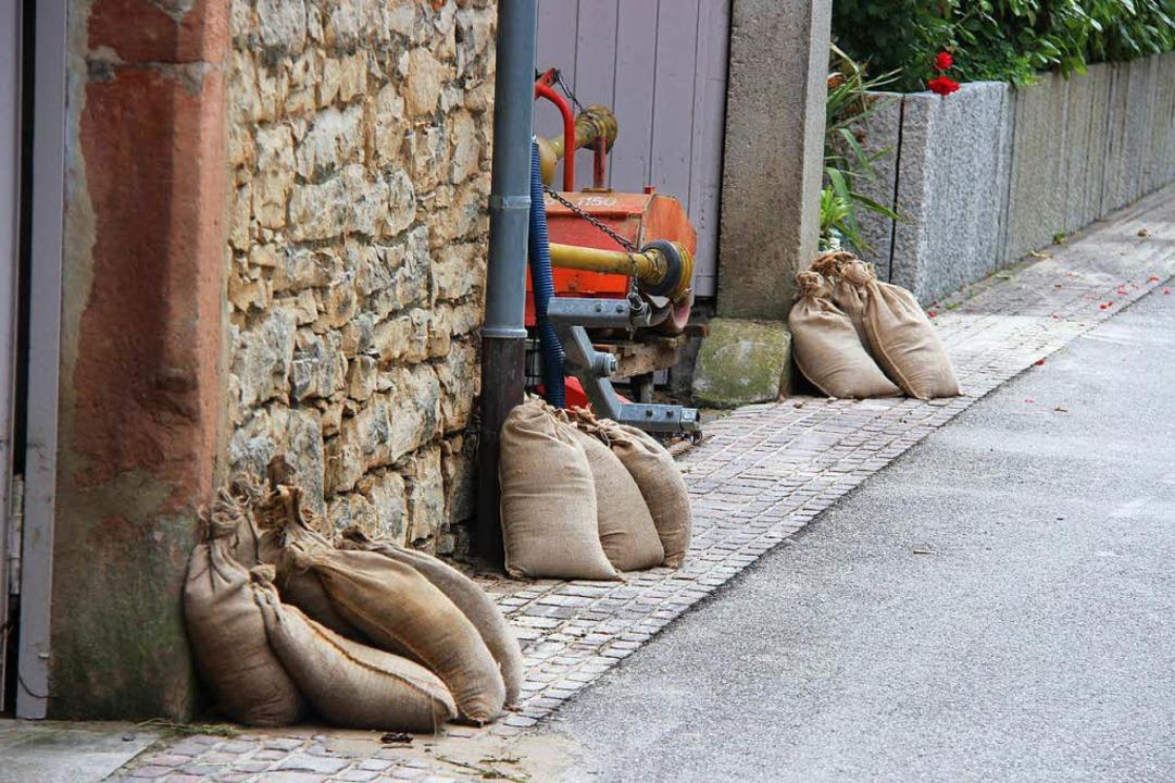 Sandsäcke bleiben in Stellung in Eichstetten,  falls wieder Regen kommt.  | Foto: Horst David