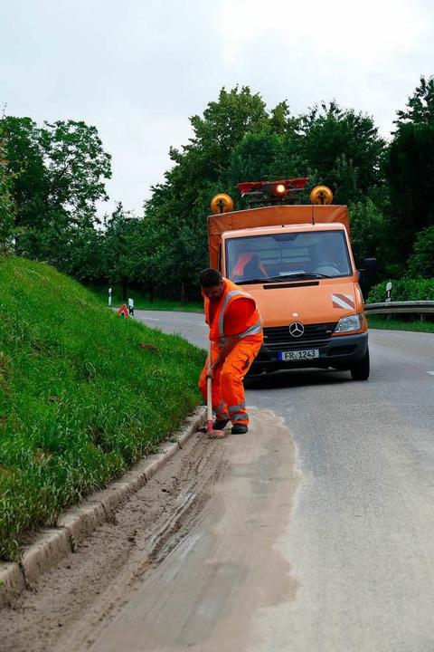 Mitarbeiter der Straßenmeisterei aus B...ingen von der Straße nach Wasenweiler.  | Foto: Manfred Frietsch