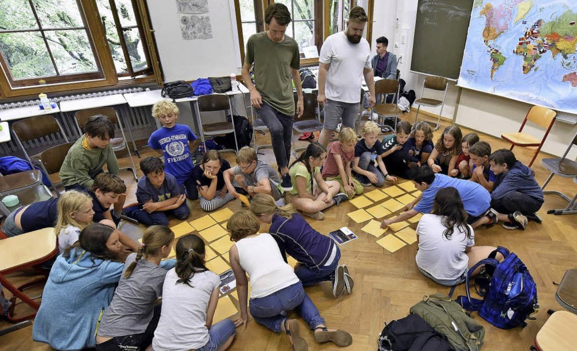 Spielerisch lernen die Kinder  etwas über die politische Situation in Russland.   | Foto: Thomas Kunz