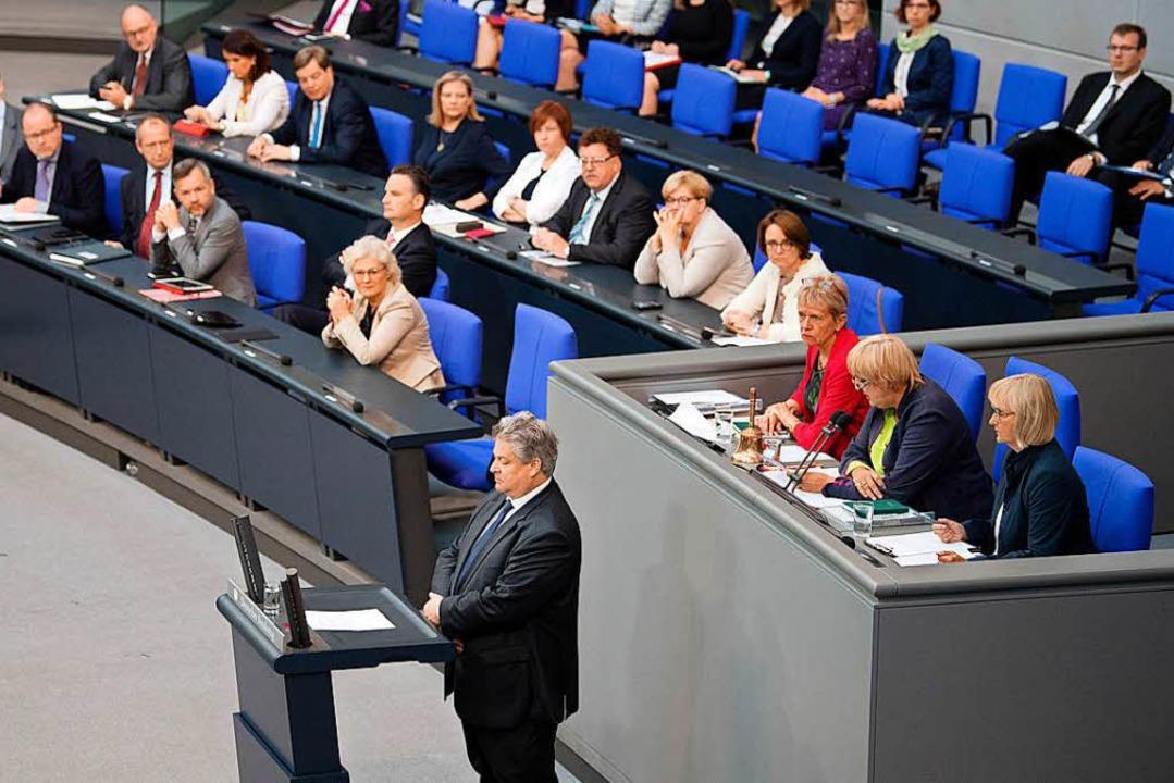 Der AfD-Abgeordnete Thomas Seitz schweigt am Freitag in der Bundestagsdebatte.   | Foto: dpa