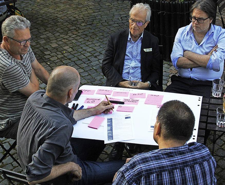 "Für das Projekt ""Wanderausstellu...lschneider (vorne li.) sammelt Ideen.   | Foto: Daniela Gschweng"