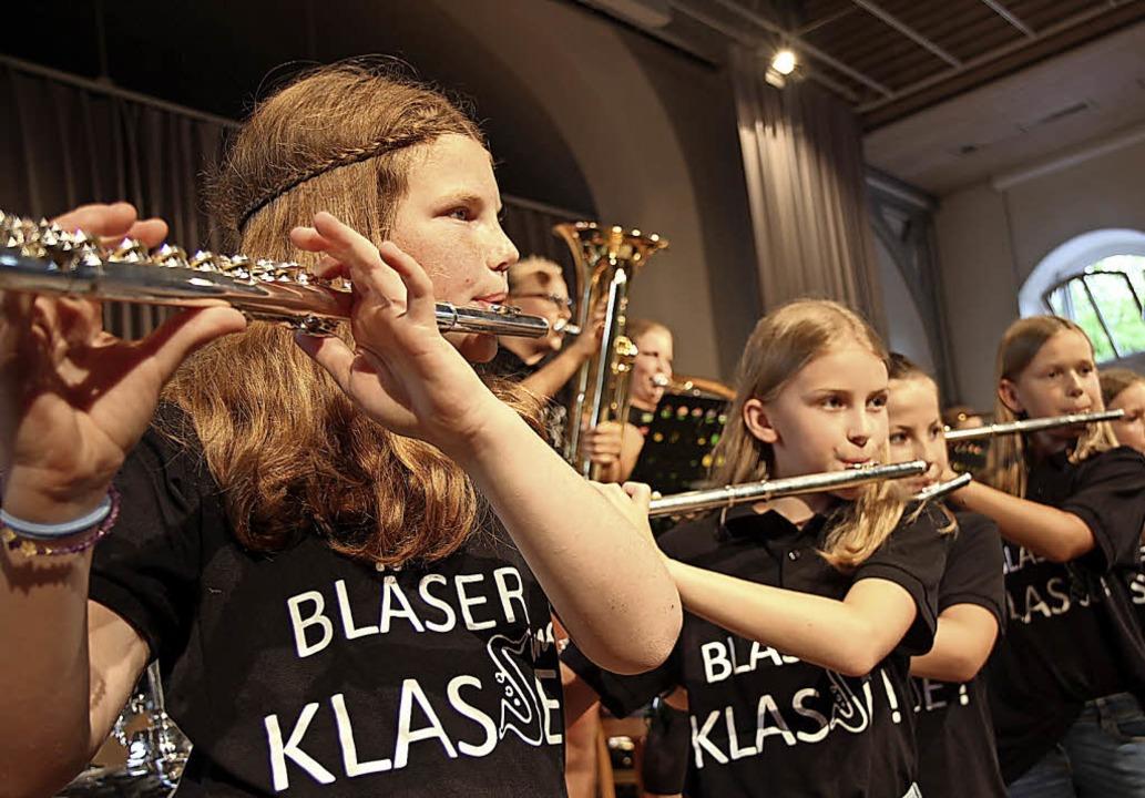 Die Bläserklasse 5a/b auf der Bühne der Steinhalle.   | Foto: Dagmar Barber