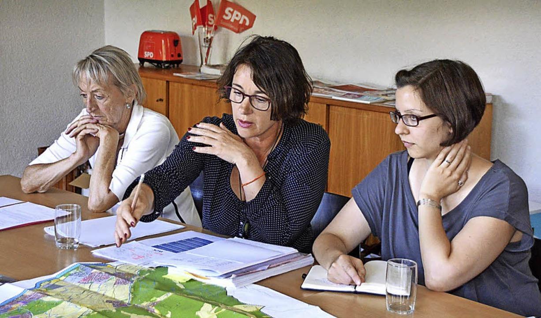 Christiane Ripka (Mitte) und Birthe Fi...lärten  Instrumente der Stadtplanung.     Foto: Horatio Gollin