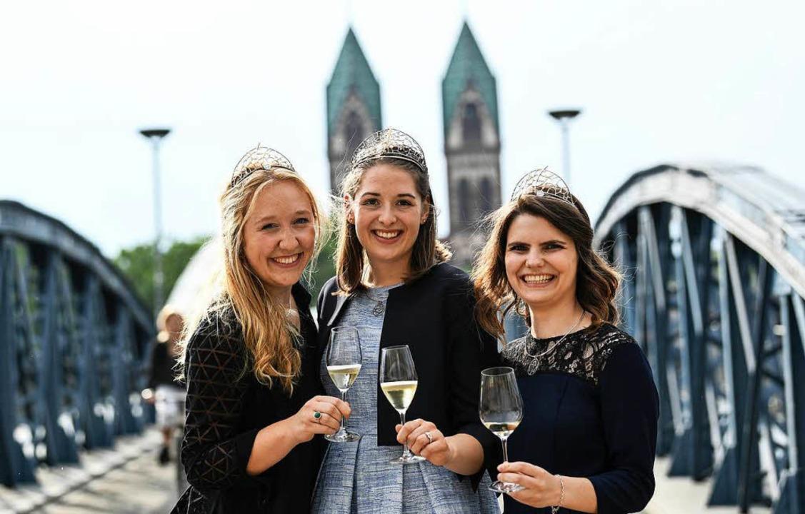 Weinprinzessin Hannah Herrmann, Weinkö...ng  auf der Blauen Brücke in Freiburg.  | Foto: dpa